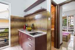 Кухня. Черногория, Будва : Апартаменты с 2 спальнями и балконом