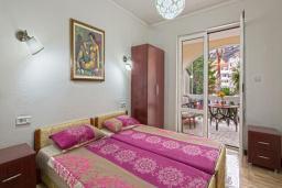Спальня. Черногория, Будва : Апартаменты с 2 спальнями и балконом