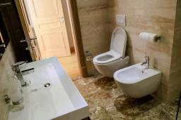 Ванная комната. Черногория, Святой Стефан : Шикарная вилла с бассейном и видом на море, большая гостиная, 4 спальни, место для барбекю, сауна, настольный теннис, 2 парковочных места, Wi-Fi