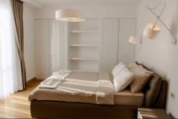 Спальня. Черногория, Святой Стефан : Шикарная вилла с бассейном и видом на море, большая гостиная, 4 спальни, место для барбекю, сауна, настольный теннис, 2 парковочных места, Wi-Fi