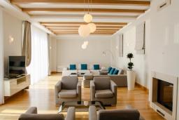 Гостиная. Черногория, Святой Стефан : Шикарная вилла с бассейном и видом на море, большая гостиная, 4 спальни, место для барбекю, сауна, настольный теннис, 2 парковочных места, Wi-Fi