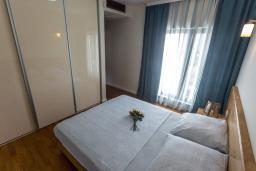 Спальня. Черногория, Дженовичи : Шикарная вилла с бассейном и видом на море, 5 спален, 3 ванные комнаты, камин, сауна, Wi-Fi