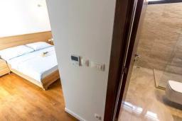 Спальня 4. Черногория, Дженовичи : Шикарная вилла с бассейном и видом на море, 5 спален, 3 ванные комнаты, камин, сауна, Wi-Fi