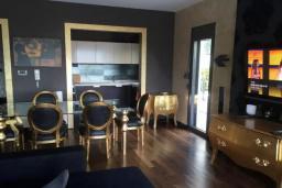 Гостиная. Черногория, Ораховац : Апартаменты в 30 метрах от моря, большая гостиная, 2 спальни, парковочное место, Wi-Fi, общий бассейн на три дома.
