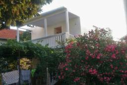 Фасад дома. Черногория, Добра Вода : Второй этаж дома в тихом районе, гостиная, две спальни, местом для парковки и дворик