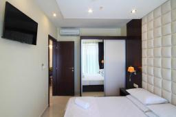 Спальня. Черногория, Бечичи : Апартамент с балконом и шикарным видом на море, с гостиной и отдельной спальней