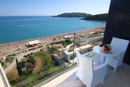Балкон. Черногория, Бечичи : Апартамент с балконом и шикарным видом на море, с гостиной и отдельной спальней