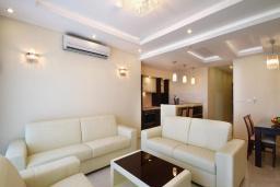Гостиная. Черногория, Бечичи : Апартамент с балконом и шикарным видом на море, с гостиной и отдельной спальней