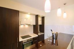 Кухня. Черногория, Бечичи : Апартамент с балконом и шикарным видом на море, с гостиной и отдельной спальней