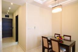 Обеденная зона. Черногория, Бечичи : Апартамент с балконом и шикарным видом на море, с гостиной и отдельной спальней