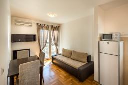 Гостиная. Черногория, Бечичи : Апартамент с гостиной, отдельной спальней и балконом