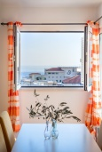 Обеденная зона. Черногория, Бечичи : Апартамент с гостиной, 3-мя спальнями и балконом