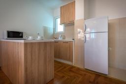 Кухня. Черногория, Бечичи : Апартамент с гостиной, 3-мя спальнями и балконом