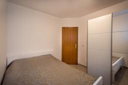 Спальня. Черногория, Бечичи : Апартамент с гостиной, 3-мя спальнями и балконом