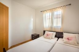Спальня 2. Черногория, Бечичи : Апартамент с гостиной, 3-мя спальнями и балконом