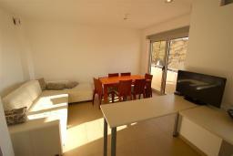 Гостиная. Черногория, Бечичи : Апартамент с гостиной, 2-мя спальнями и балконом
