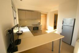 Кухня. Черногория, Бечичи : Апартамент с гостиной, 2-мя спальнями и балконом