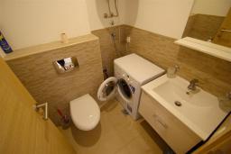 Туалет. Черногория, Бечичи : Апартамент с гостиной, 2-мя спальнями и балконом