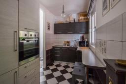 Кухня. Черногория, Будва : Вилла с бассейном, большой гостиной, 2-мя спальнями, 2-мя ванными комнатами, Wi-Fi