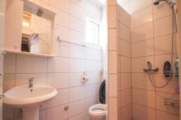 Ванная комната. Черногория, Будва : Вилла с бассейном, большой гостиной, 2-мя спальнями, 2-мя ванными комнатами, Wi-Fi