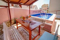 Бассейн. Черногория, Будва : Вилла с бассейном, большой гостиной, 2-мя спальнями, 2-мя ванными комнатами, Wi-Fi