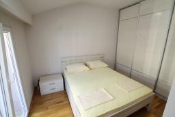 Спальня. Черногория, Игало : Уютный апартамент с балконом и видом на море, 2 отдельные спальни, 20 метров до пляжа