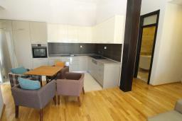 Кухня. Черногория, Игало : Уютный апартамент с балконом и видом на море, 2 отдельные спальни, 20 метров до пляжа