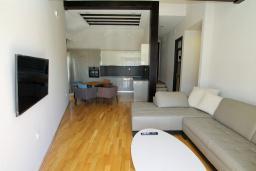 Гостиная. Черногория, Игало : Уютный апартамент с балконом и видом на море, 2 отдельные спальни, 20 метров до пляжа