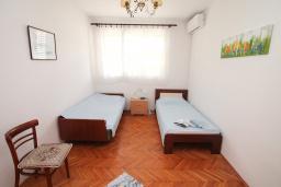 Спальня 3. Черногория, Игало : Апартамент в 100 метрах от моря, с гостиной, тремя спальнями и балконом