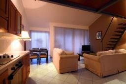 Гостиная. Черногория, Бечичи : Апартамент с большой гостиной, отдельной спальней и балконом