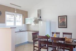 Кухня. Черногория, Бечичи : Апартамент с большой гостиной, двумя спальнями и балконом с видом на море