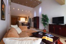Гостиная. Черногория, Бечичи : Апартамент с большой гостиной, двумя спальнями и балконом с видом на море