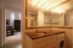 Ванная комната. Черногория, Бечичи : Апартамент с большой гостиной, двумя спальнями и балконом с видом на море