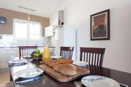 Обеденная зона. Черногория, Бечичи : Апартамент с большой гостиной, двумя спальнями и балконом с видом на море