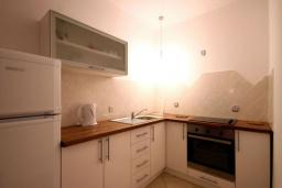 Кухня. Черногория, Бечичи : Апартаменты с 2 спальнями и террасой