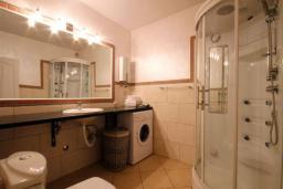 Ванная комната. Черногория, Бечичи : Апартаменты с 2 спальнями и террасой