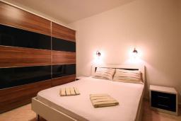Спальня. Черногория, Бечичи : Апартаменты с 2 спальнями и террасой