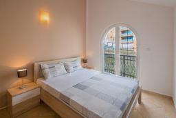 Спальня. Черногория, Бечичи : Апартаменты с 2 спальнями и балконом с шикарным видом на море