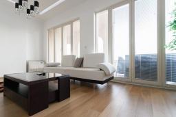 Гостиная. Черногория, Бечичи : Апартаменты Делюкс с 2 спальнями и балконом с видом на море