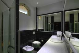 Ванная комната. Черногория, Бечичи : Апартаменты Делюкс с 2 спальнями и балконом с видом на море