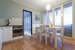 Кухня. Черногория, Бечичи : Апартаменты Делюкс с 2 спальнями и балконом с видом на море