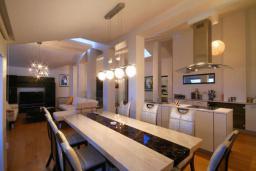 Кухня. Черногория, Бечичи : Пентхаус с 3 спальнями и большим балконом с шикарным видом на море