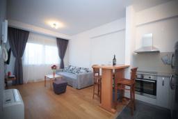 Гостиная. Черногория, Будва : Апартамент в 50 метрах от пляжа, с гостиной, отдельной спальней и балконом с видом на море