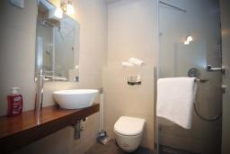 Ванная комната. Черногория, Будва : Апартамент в 50 метрах от пляжа, с гостиной, отдельной спальней и балконом с видом на море