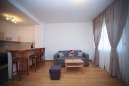 Спальня. Черногория, Будва : Апартамент в 50 метрах от пляжа, с гостиной, 3-мя спальнями и балконом с видом на море