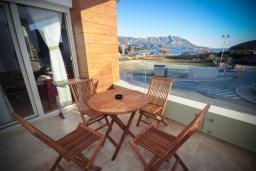 Балкон. Черногория, Будва : Апартамент в 50 метрах от пляжа, с гостиной, 3-мя спальнями и балконом с видом на море