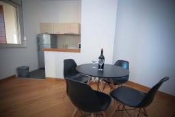 Кухня. Черногория, Будва : Апартамент в 50 метрах от пляжа, с гостиной, 3-мя спальнями и балконом с видом на море