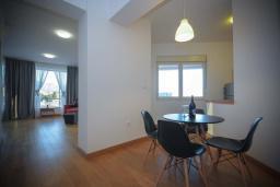 Гостиная. Черногория, Будва : Апартамент в 50 метрах от пляжа, с гостиной, 3-мя спальнями и балконом с видом на море