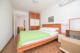 Спальня. Черногория, Пржно / Милочер : Апартамент с отдельной спальней  на первом этаже
