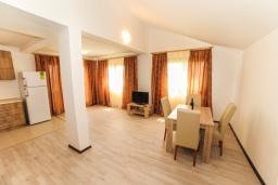 Гостиная. Черногория, Будва : Апартамент с большой гостиной, двумя спальнями и балконом